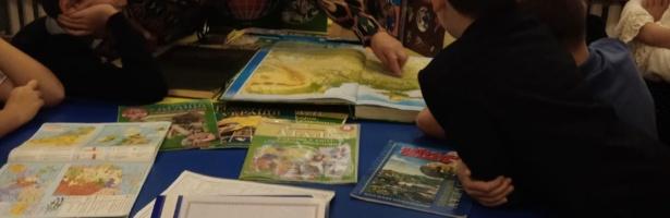 Вивчаємо різні види атласів у бібліотеці з учнями 4-В класу